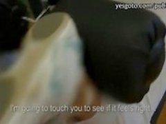 Amateur Tšekin tyttö osoittaa hänen ass ja lyödäänkuntosali