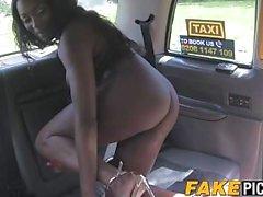 Kaunis kupla pehmeä eebenpuu nauttimassa hänen cabbies märkä pussy
