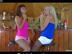 Giovani lesbiche presso il bar stockins indossare durante essere scesi