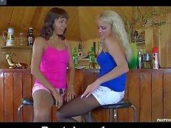 Las lesbianas jovenes en bar producen a stockins desgaste de al descender de