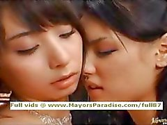 Maria ve Yuka Osawa masum asyalı kızlar yalama ve parmak