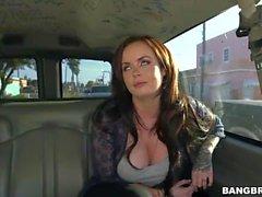 Roxii Blair se fait baiser dans le bus