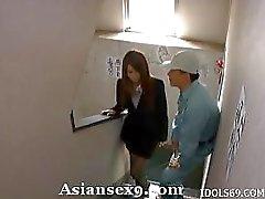 Nao Yoshizaki Asyalı öğretmen sınıfta bir lanet alır
