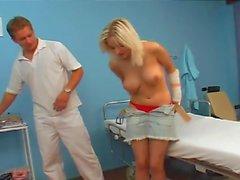 Блондинка подросток с врачом