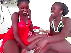 Wow regarder ces deux superbes lesbiennes noires huilés up!