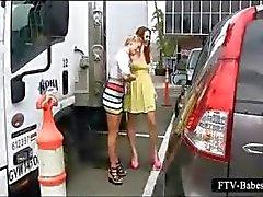 Nasty teenies kussen en tonen twats in het openbaar