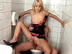 de merda loira da menina no de toilette