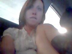 halk Kapalı bir kız hemen arabanın içinde masturbating yakalansa