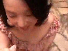 Чувственное японская домохозяйка кладет ее большие естественные гудков