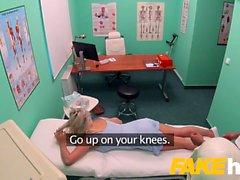 Sahte Hastanesi Hızlı sikme sarışın büyük memeli Brit orgazm verir