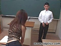 Aziatische leraar speelt met lul student en vervolgens vingers zijn kont