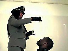 Uniform Herrin cumdrenching ihre schwarze Sklavin