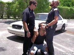 Criminal Perp lo consigue duro por dos policías cachondos que buscan follar duro
