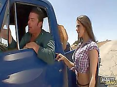 Busty Fille de pays baisée sur camionnette