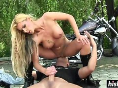 La ragazza del motociclista è stata forata all'esterno velocemente