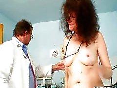 Karla bezoeken gyno kliniek met zeer harige