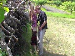 EvelinaJuliet - Buggy in einem Apfelgarten