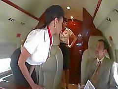 Schöner Stewardess mit zwei Geschäftsleute an die Tafel einer ebenen verdammt