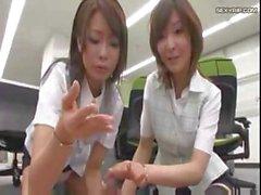 Ragazze giapponesi usano loro piedi con cui giocare questo cazzo