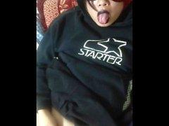 Asian Goth Sissy se branle en utilisant un gonfleur anal