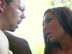 Um homem plantou uma prostituta em um riser forte suspensa