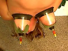 Tortura mulher suspenso com urtigas