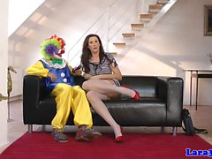 British MILF doggystyled från clown den golvet