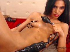 Brunette Teen joue avec d'énormes godes sur webcam