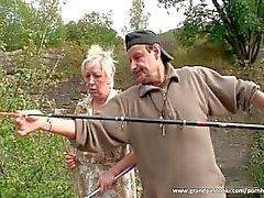Пожилые пара веселятся по своей природе