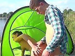 Eveline ficando pulverizada na camping local