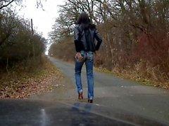 sandralein und Kahretsin Jeans ile yürüyen poz