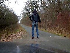 Sandralein posant et marchant avec Fuck Jeans