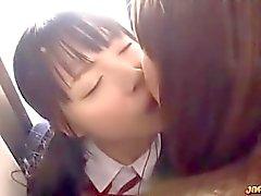 Азиатский Школьница Поцеловал Начало ее киска Fingered К 2 пожилого девушками
