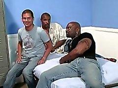 Tirante bianco venga gangbanged da uomini neri