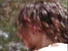 Jovem encaracolados morena Dilara monta seu pau duro na varanda de volta