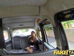 Gefälschte Taxi heiß busty Babe bekommt massiven cum Schuss über ihre Titten