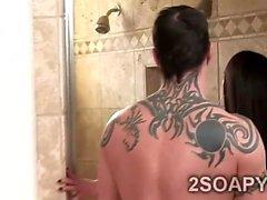 Beautiful brunette gradito client di fortunata sotto la doccia