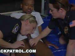 NERO PATROL - Suspect nero è dominato e scopata da grossi culi MILF Cops