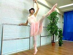 Seducente che ballerina nipponico mostra la sua corpo splendido di