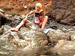 Kinky rubia adolescente de burla de a orillas del mar