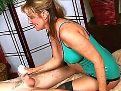 Guy Hot Moms a Handjob alır