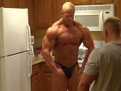 Brandon mutfakta poz