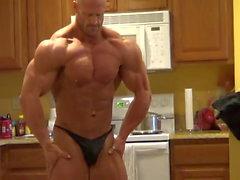Brandon posant dans la cuisine