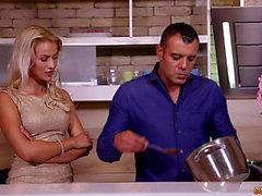 Semble être comme cette élégante blonde désire avoir le sexe dans la cuisine!