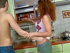 Menina consideravelmente adolescente experimenta pancadas funde dong do