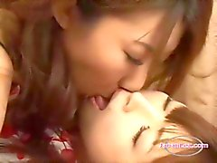 Peituda Asian Girl Lambeu e lambendo seu bichano namorada na cama