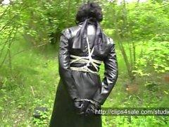 Señora en la compilación de cuero negro y rojo