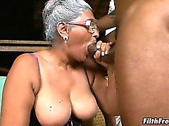 Серые волосы пожилая дама обожает большой Дикс !
