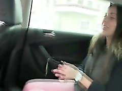 Блин горячий консультант Ива трахнут на заднем сидении