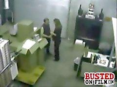 Compañeros cachonda obtener reventaron la cámara de seguridad hacerlo una buena mamada a el oficina del almacén